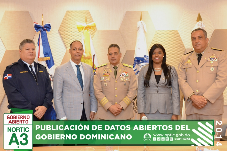 Director de OPTIC junto a colaboradores del Ministerio de Defensa